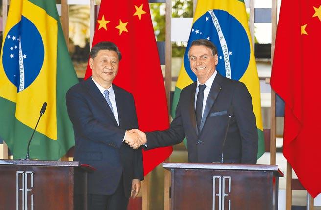 極右派巴西總統波索納洛因中國提供疫苗,從反中轉為感謝中國。圖為他與中國國家主席習近平(左)先前的會談合影。(中新社)