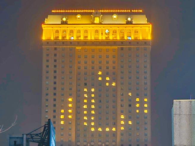 高雄漢來飯店在外牆點燈排「心」字,呼籲國人一心抗疫,也為醫護人員打氣。(漢來飯店提供/柯宗緯高雄傳真)