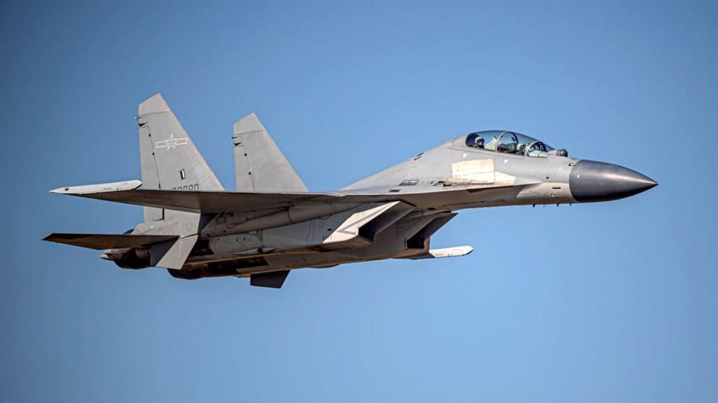 我空軍24日發布共機動態,計共軍2架運8反潛機、2架Su-30戰機、4架殲16戰機、6架殲10戰機、1架運8技偵機侵犯台灣西南防空識別區。圖為殲16同型機。(圖/國防部)