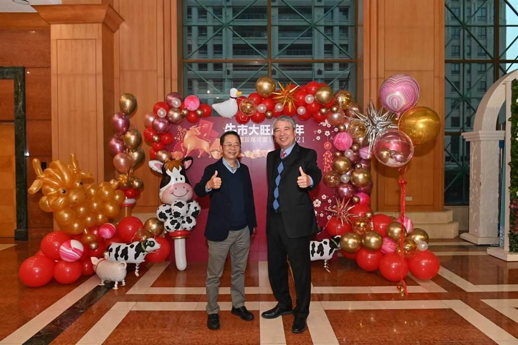 新業建設名譽董事長穆椿松(右)與董事長卓勝隆27日秉持著取之於社會,回饋於社會的理念,帶動團隊行善。(盧金足攝)