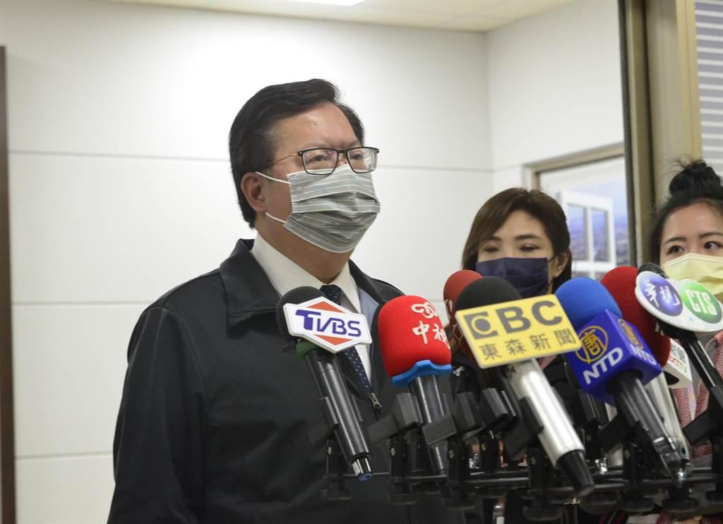 桃園市長鄭文燦稍早在臉書發文,盛讚衛福部長陳時中「這位先生」堅守崗位。(賴佑維攝)