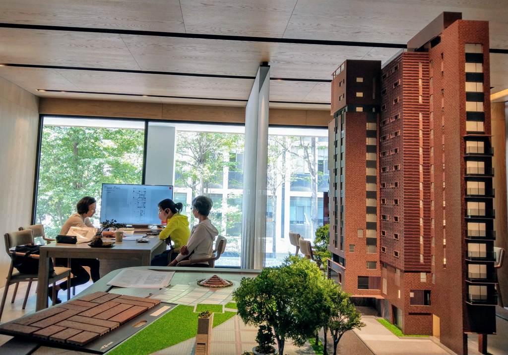 桃園市、台南市、高雄市總價500萬元內的房屋需求比例,有逐月提升的現象,圖為民眾看屋示意圖。(葉思含攝)
