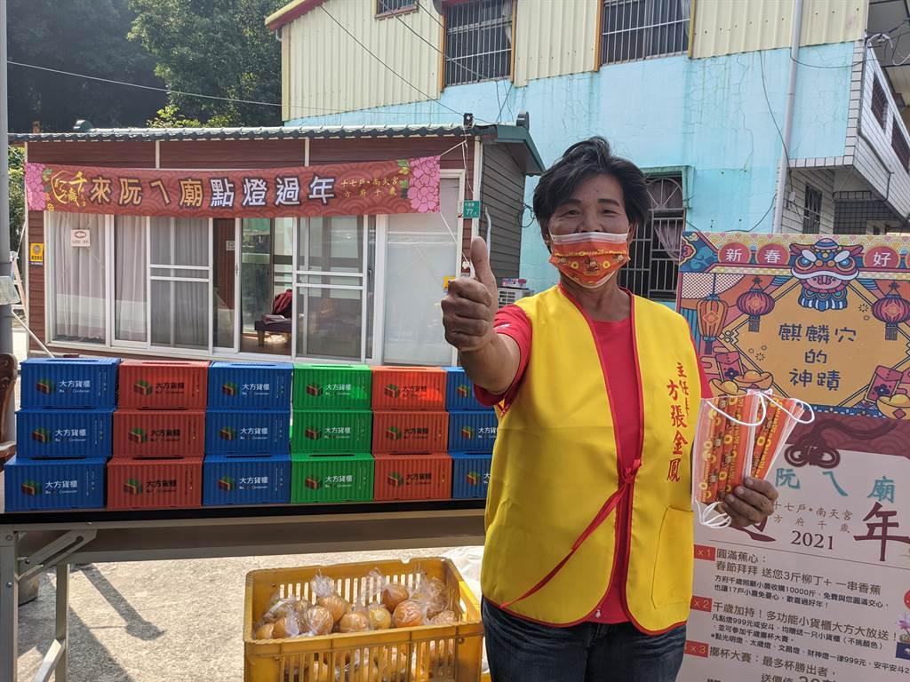 小廟大手筆,台南白河南天宮初一到初五舉辦千歲擲筊大賽,大獎是市價接近40萬的貨櫃屋。(莊曜聰攝)