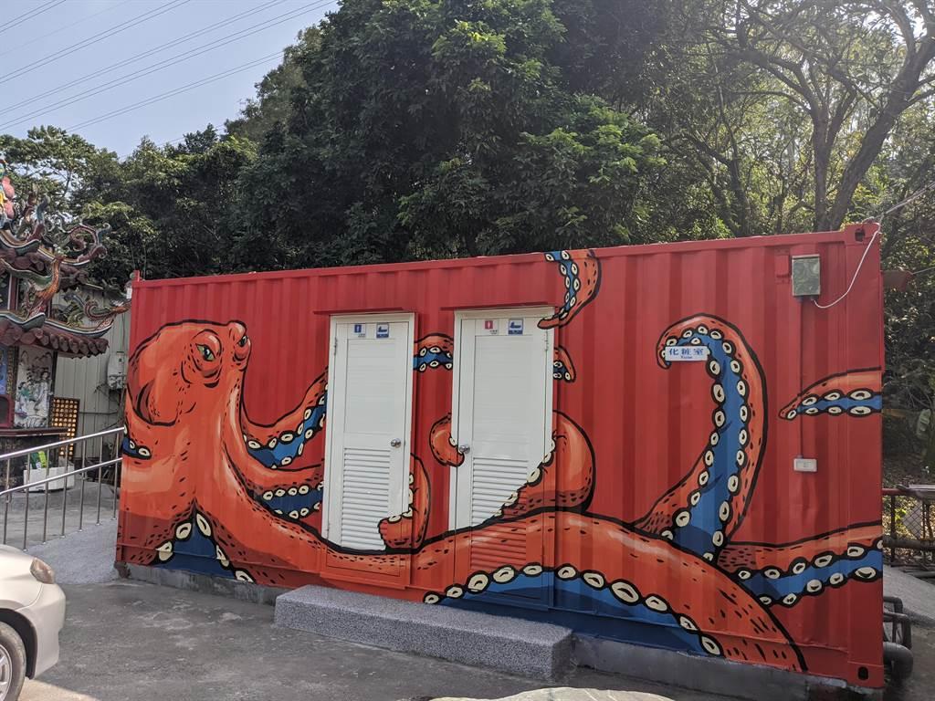廟旁的公廁是貨櫃屋改建,還彩繪章魚圖案,相當特別。(莊曜聰攝)