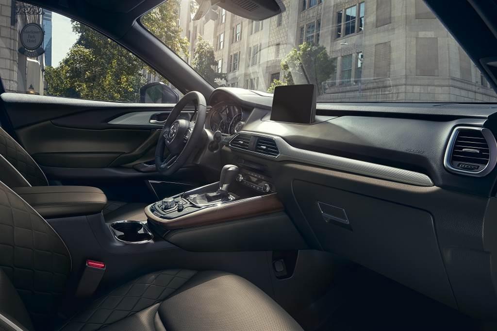 MAZDA CX-9 AWD旗艦進化型質感細膩的菱格紋Nappa真皮座椅,以及格紋鋁質搭配實木飾板的層次堆疊,彰顯車主的優雅品味與尊貴氣度。