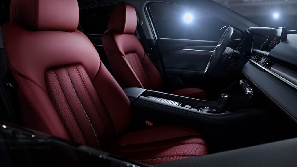 MAZDA6 Wagon黑艷版在酒韻紅真皮座椅、座椅中央灰色縫線、內裝紅色縫線與爍黑髮絲紋飾板的交相映襯下,觸動你心中渴望奔馳的駕馭靈魂。
