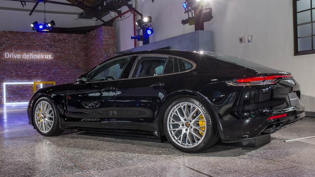 性能旗艦Panamera Turbo S售價1201萬元起,去年在雅特蘭大米其林賽道及紐柏林北環賽道皆創下新紀錄。