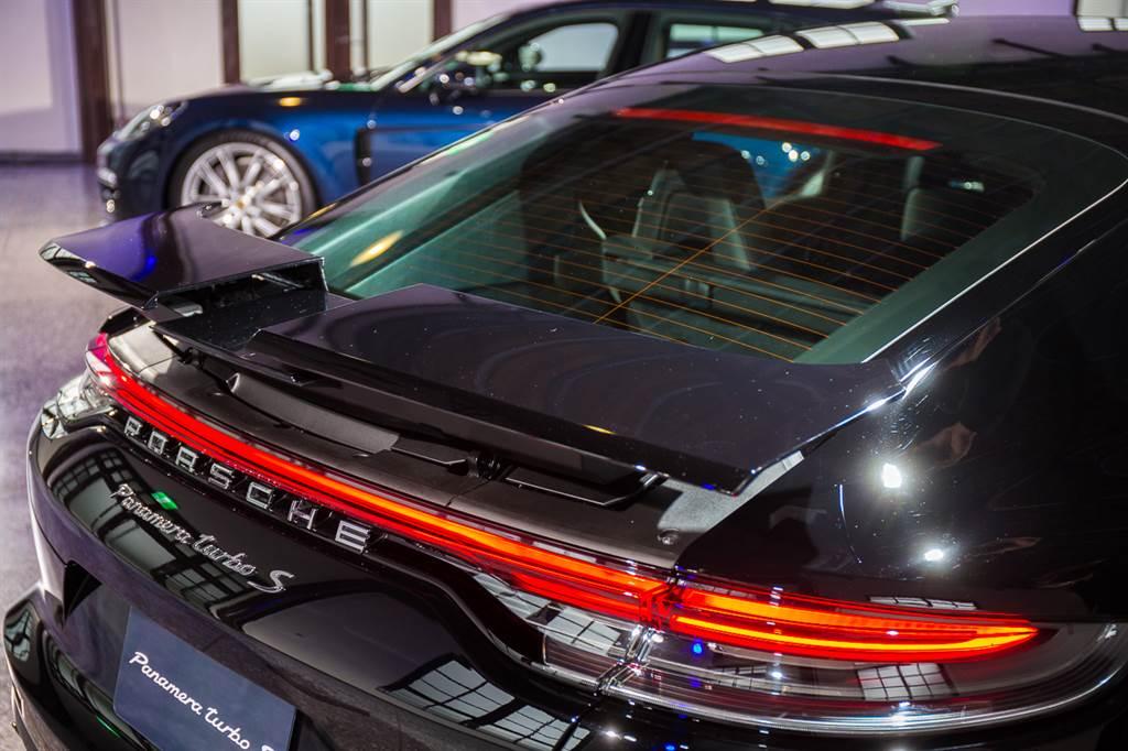 尾燈造型重新設計,Turbo S車型最具特色的三片式升降尾翼仍舊保留。