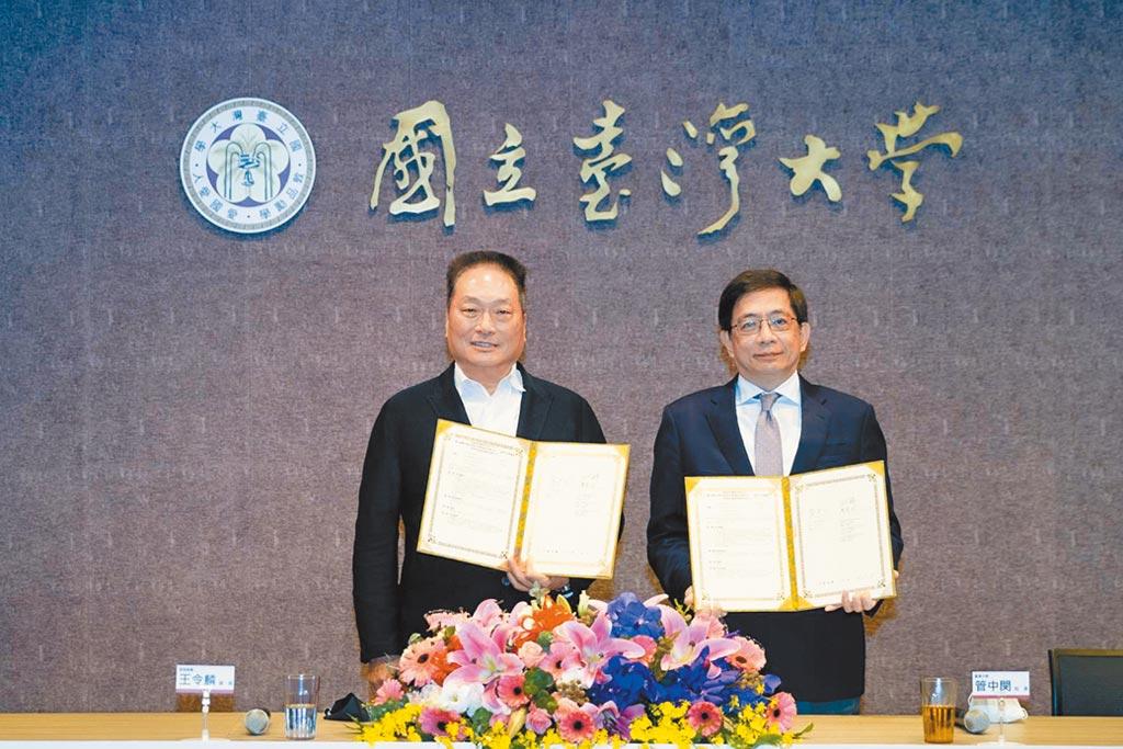 東森集團總裁王令麟(左)與台灣大學校長管中閔(右)簽署MOU,東森集團將捐贈一棟生技大樓予台大進行學術研究與產學合作。圖/東森提供