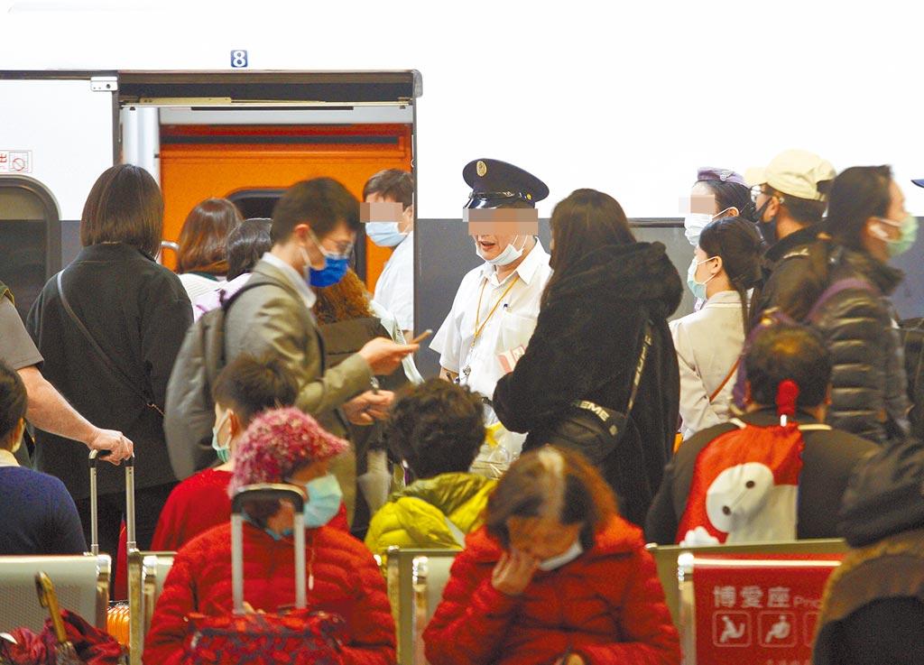 交通部建議所有大眾運輸工具原則上將禁止飲食,待指揮中心今天拍板公布。圖為一名台鐵工作人員未確實戴好口罩,協助旅客搭車。(張鎧乙攝)