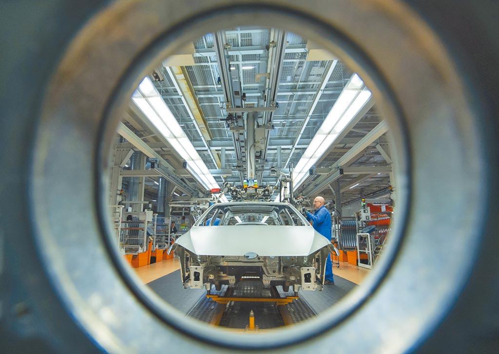 TrendForce報告指出,今年全球車市銷售回溫,總量將達8400萬輛,較去年增加700萬輛,車用半導體緊缺問題將持續影響整車出貨。圖為德國汽車廠。(美聯社)