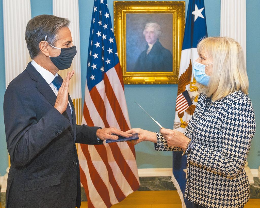 美國聯邦參議院26日通過布林肯(左)出任國務卿的人事案,布林肯當天下午宣誓就職。右為國務院代理行政管理次卿培瑞斯。(美國國務院提供)