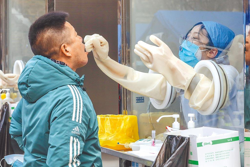 疫情之下,核酸檢測行業成為大熱門。圖為22日北京市西城區對居民實施核酸檢測。(新華社)