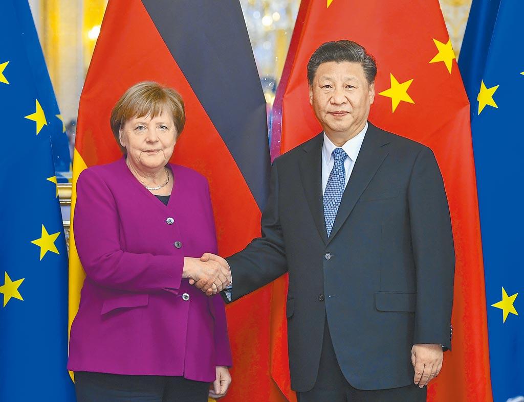 德國總理梅克爾26日(當地時間)在瑞士達沃斯世界經濟論壇演講時表示,她認同中國國家主席習近平呼籲多邊主義的演講,反對歐洲在中國、美國之間選邊站。圖為習近平在巴黎會見德國總理梅克爾。(新華社)