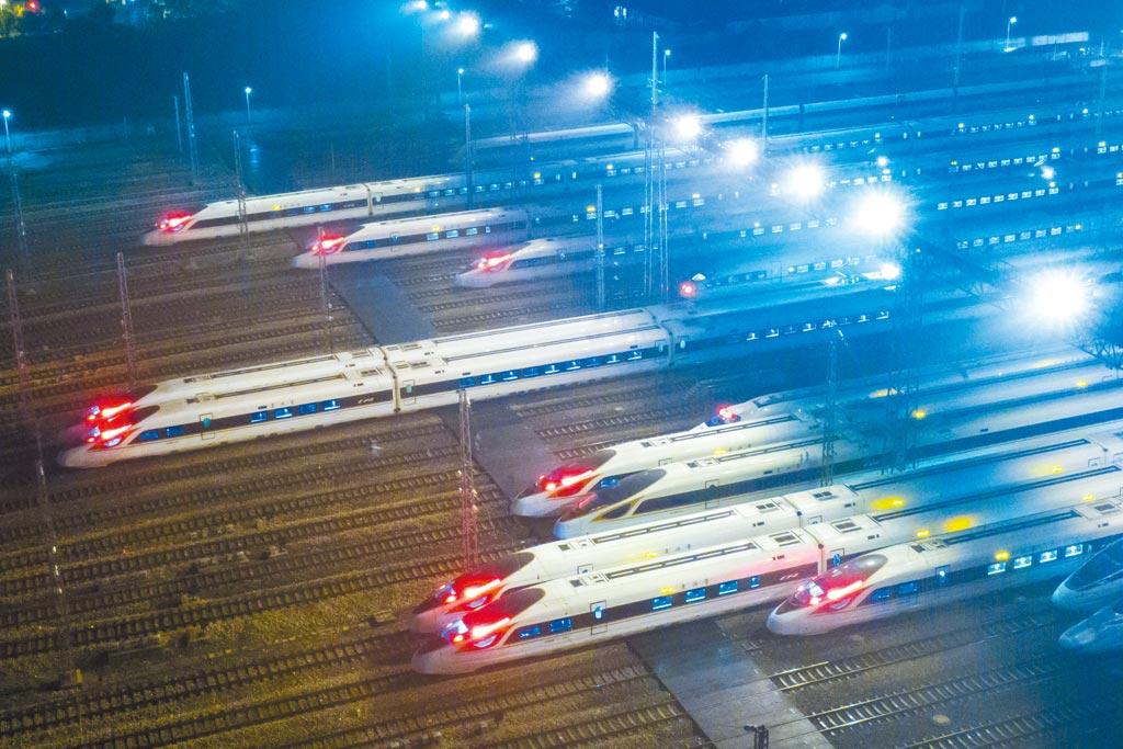 2021年春運大幕今天拉開。圖為南京高鐵列車準備出發。(中新社)