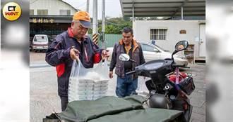 每日騎車5小時送餐給孤老 「內褲村長」不畏寒流日日出勤