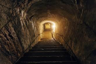 75歲老翁在家中發現神秘洞口 竟意外挖出千年古地道