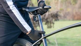 騎腳踏車沒發現坐墊掉了 他猛一坐下場慘到哭