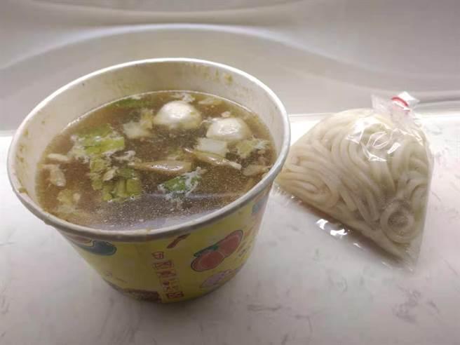 中餐一碗粥後,晚餐更是僅有一碗烏龍麵,讓不少人直呼「不會病死,但會先餓死」(圖/PTT)