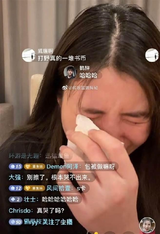 章魚妹故意模仿迅猛龍特蕾莎哭泣模樣。(取自微博)