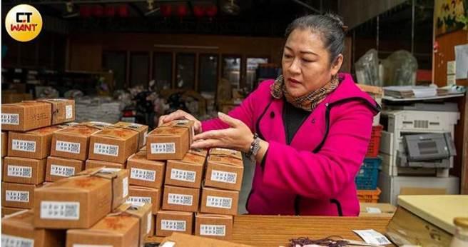 負責農產品加工及行銷的協會志工麻小姐因為婆婆臥病受到協會幫助,抱著回饋的心情工作,一做就是10年。(圖/宋岱融攝)