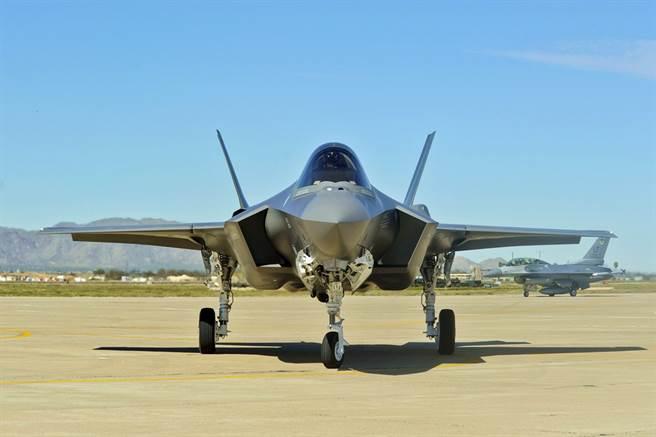 拜登政府26日宣布暫時停止好幾起川普政府時期簽署的軍售案出口,指出要重新檢視這些軍售案內容,當中也包含川普在下台前最後一刻批准售予阿拉伯聯合大公國的50架F-35軍售案。(圖/美國空軍官網)