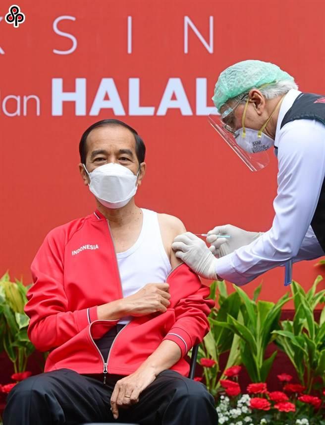 陸學者質疑誰在藉疫苗對拉美趁火打劫。圖為1月27日印尼總統佐科接種第二劑中國新冠疫苗。(印尼總統府供圖)(新華社)
