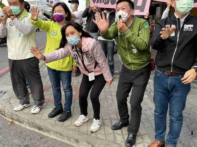 高雄市议员黄捷今早7点在自由青年路口造势,现场有多位民意代表陪同,阵仗浩大。(图/取自脸书「黄捷 高雄市议员」)