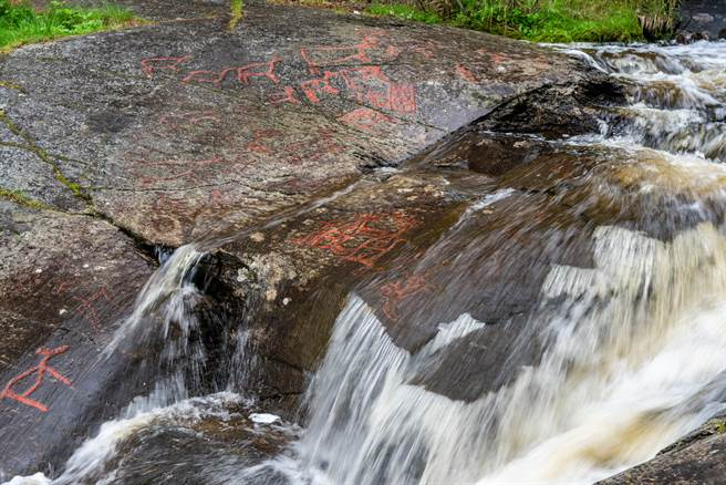湖南平江縣陽合村溪邊的石頭上,發現詭異的文字,經地質學家研究後,發現這是「側分泌理論」造成的天書。(示意圖/達志影像)