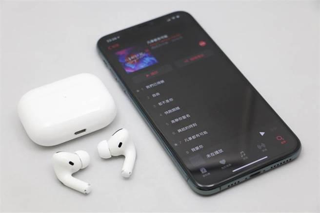 蘋果AirPods Pro與iPhone。(黃慧雯攝)