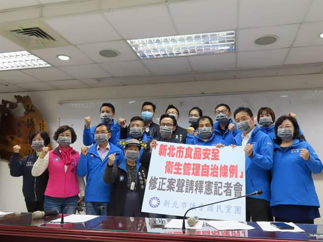 反莱猪护地方自治权,新北议会国民党团提案释宪。(叶德正摄)