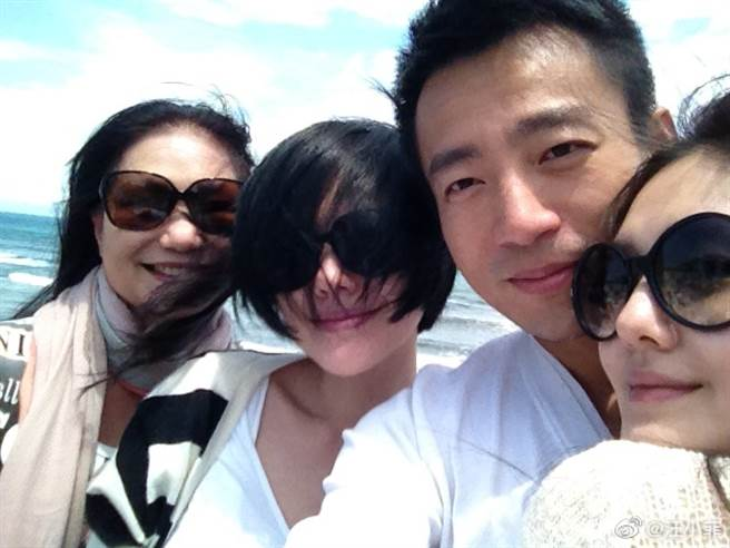 汪小菲曬和3個女人合影。(圖/翻攝自微博)