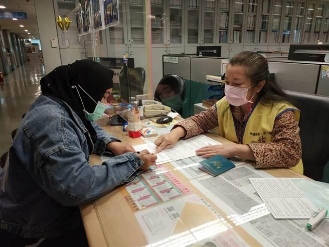 勞工局提供移工臨櫃諮詢法令問題服務。(新北市勞工局提供/許哲瑗新北傳真)