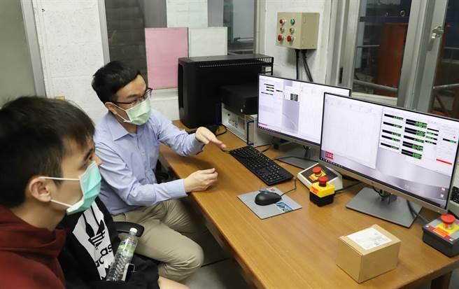 台科大營建系副教授陳沛清(右)指導學生控制地震模擬振動台。(台科大提供/李侑珊台北傳真)