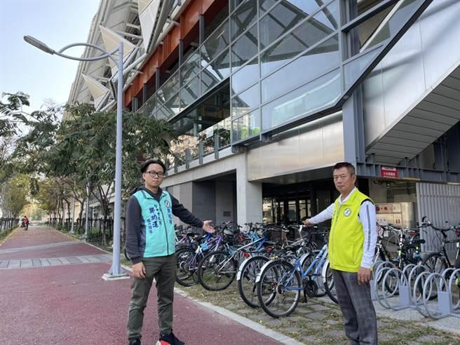 市議員鄭功進(右)今天為民請命,爭取五權車站周邊設置ibke2.0,建構完善線、面自行車路網。(陳世宗攝)