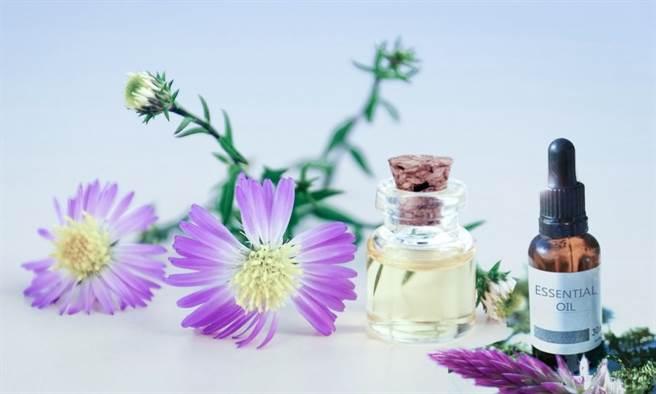 芳香療法利用植物提煉精油的香味分子,調整腦部神經傳導物質及荷爾蒙作用,達到紓解壓力、情緒效果。(示意圖/Pixabay 康健雜誌提供)