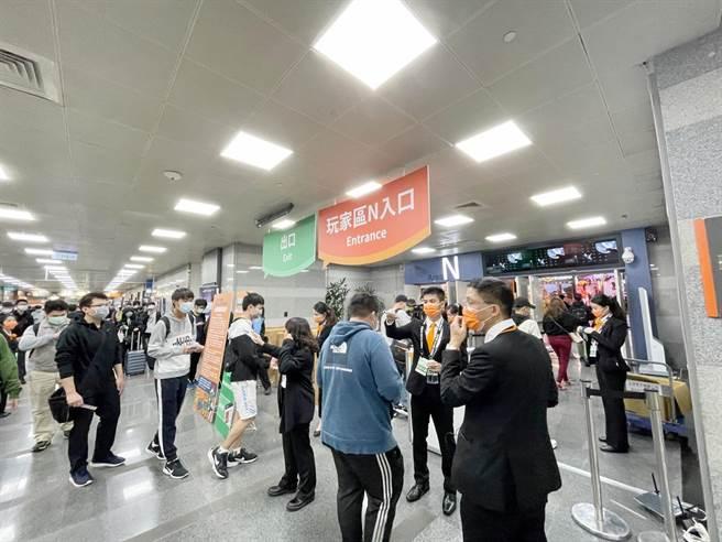台北電玩展今(28日)正式開展,一連4天於南港展覽館舉行,民眾需以實名制登錄進場,落實防疫管理,同時段展場內的人數也限制在7000人。(石欣蒨攝)