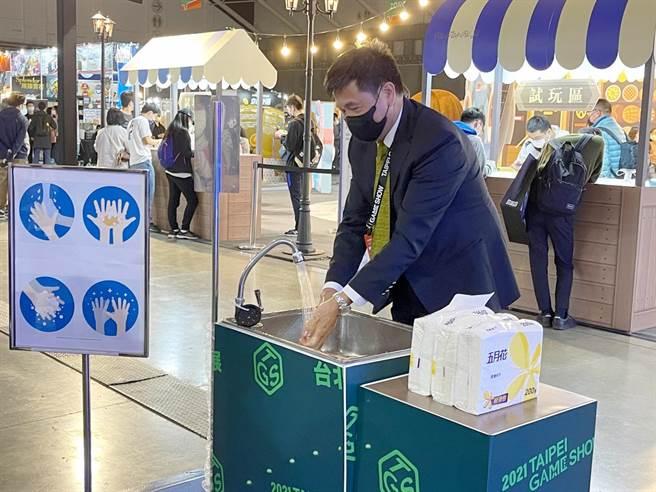 台北市電腦公會理事長彭双浪介紹到,為了防疫而在現場準備的洗手台。(石欣蒨攝)