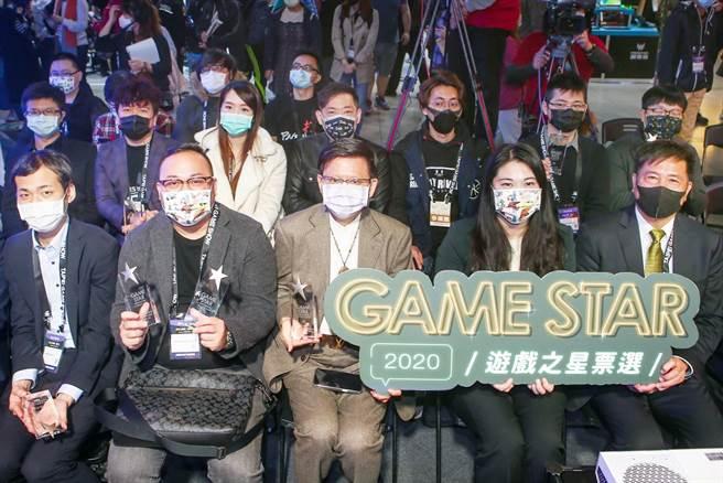經濟部工業局副局長陳佩利(右二)今(28日)出席台北電玩展,更為「GAME STAR 遊戲之星票選」頒獎。(鄧博仁攝)