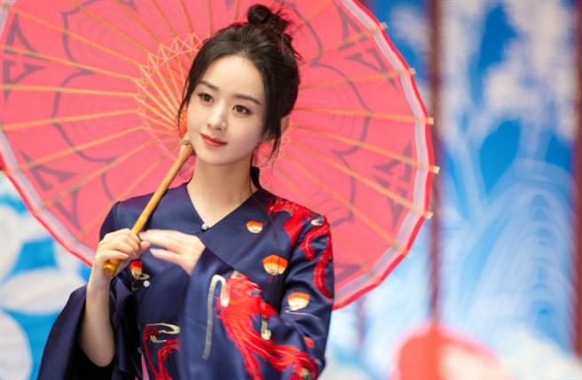 赵丽颖近日发出一组最新中国风造型大片,穿上旗袍大秀性感美腿。(图/摘自微博@赵丽颖工作室)