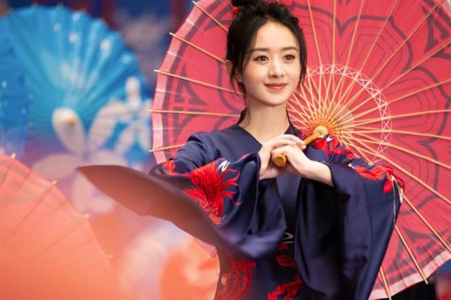 赵丽颖撑着油纸伞,轻松地在古风场景中跳舞,女人韵味十足。(图/摘自微博@赵丽颖工作室)