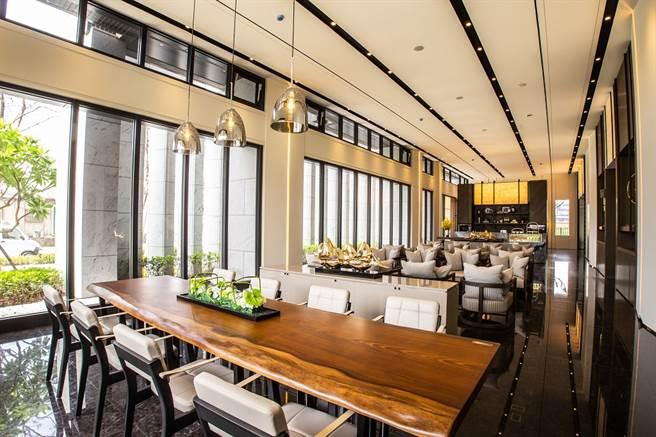 「河藍灣」會客交誼廳以日式低調奢華風格為裝修主軸,完美移植東京阿曼飯店素華美學。(圖/業者提供)