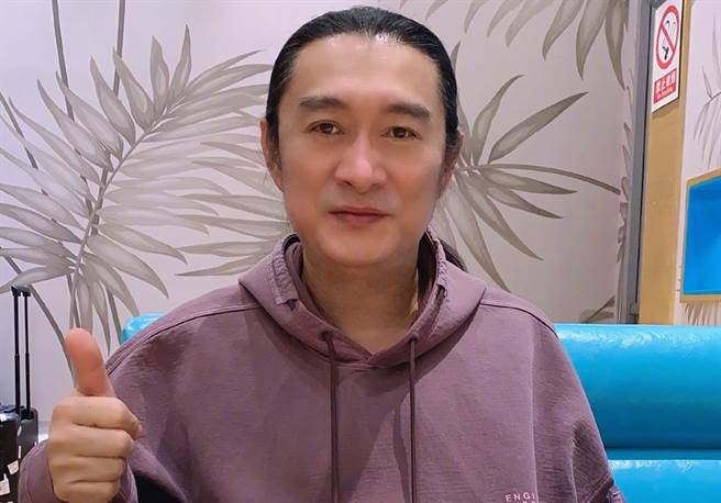 黃安看台灣人排隊瘋搶500元防疫保單,譏笑:「好淒涼」。(翻攝自黃安微博)