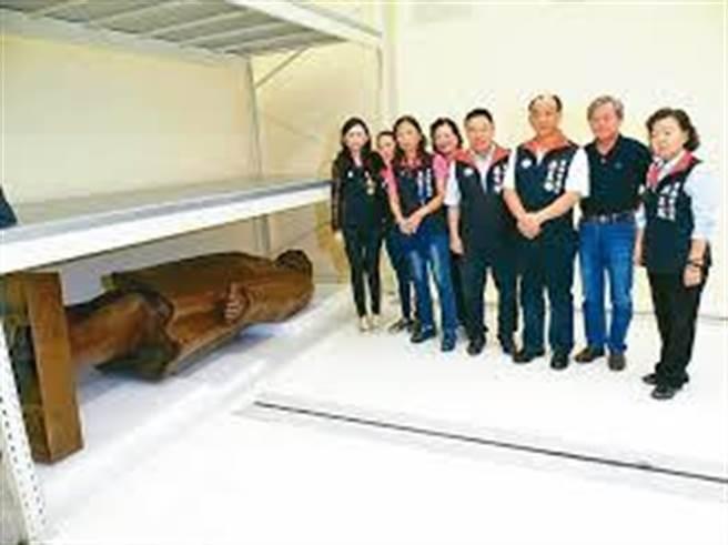 國民黨台南市議會黨團曾到柳營科學園區勘查深鎖多年的國父銅像。(國民黨台南市議會黨團提供/程炳璋台南傳真)