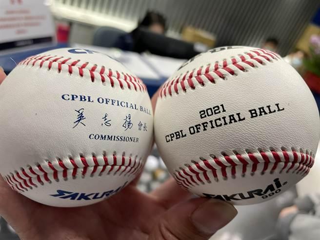 中職2021年比賽用球(右)縫線較去年的比賽用球高0.02英吋。(毛琬婷攝)