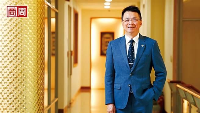 國聯董事長陳志宏所站的2樓通道,就是他過去害怕踏進自己辦公室的那一段路,現在他已能坦然面對,自言挫敗是自己最好的老師。(圖/程思迪攝)