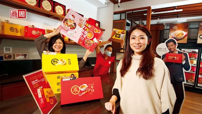 老协珍第4代丁懿娸(右)分享,不易被复制的行销术,搭配在口味上为年轻客做调整,使补品回购率高达6成。(图/骆裕隆摄)