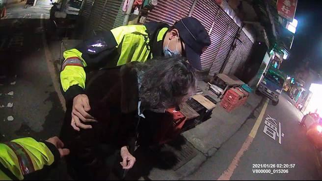 新北市瑞芳警分局協助失智婦人返家。(瑞芳警分局提供)