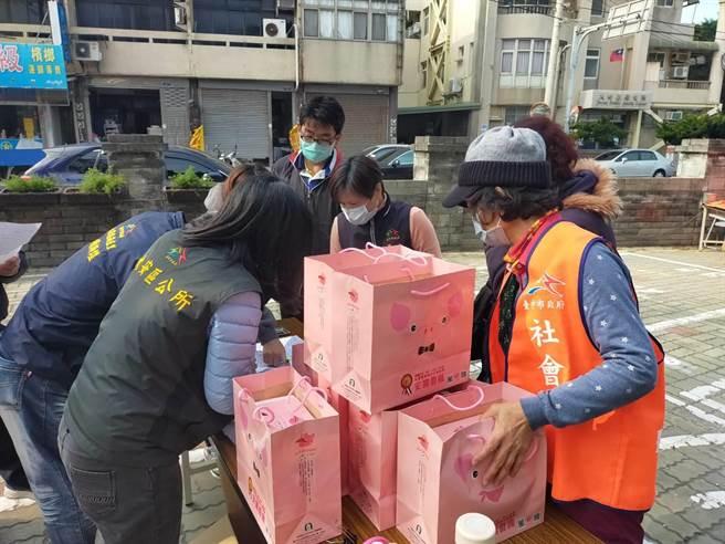 大安區農會做公益不落人後,28日舉辦「安農香腸送愛心」捐贈儀式,嘉惠大安等共計375個弱勢戶。(陳淑娥攝)