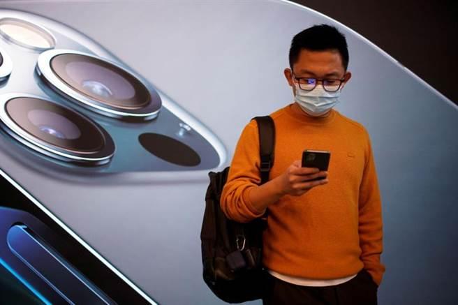 iPhone換代升級在中國大陸創下了歷史最高紀錄,市場的表現非常強勁,部分原因是大陸快速建設5G。(圖/路透)